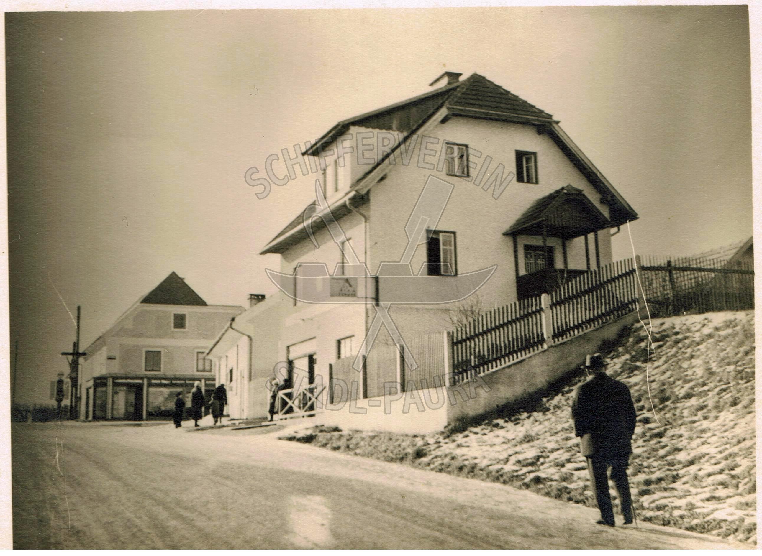 61.1 rechts Schuhwarenlager u. Werkstätte Felleitner, dahinter Kaufhaus Hager Konradwz